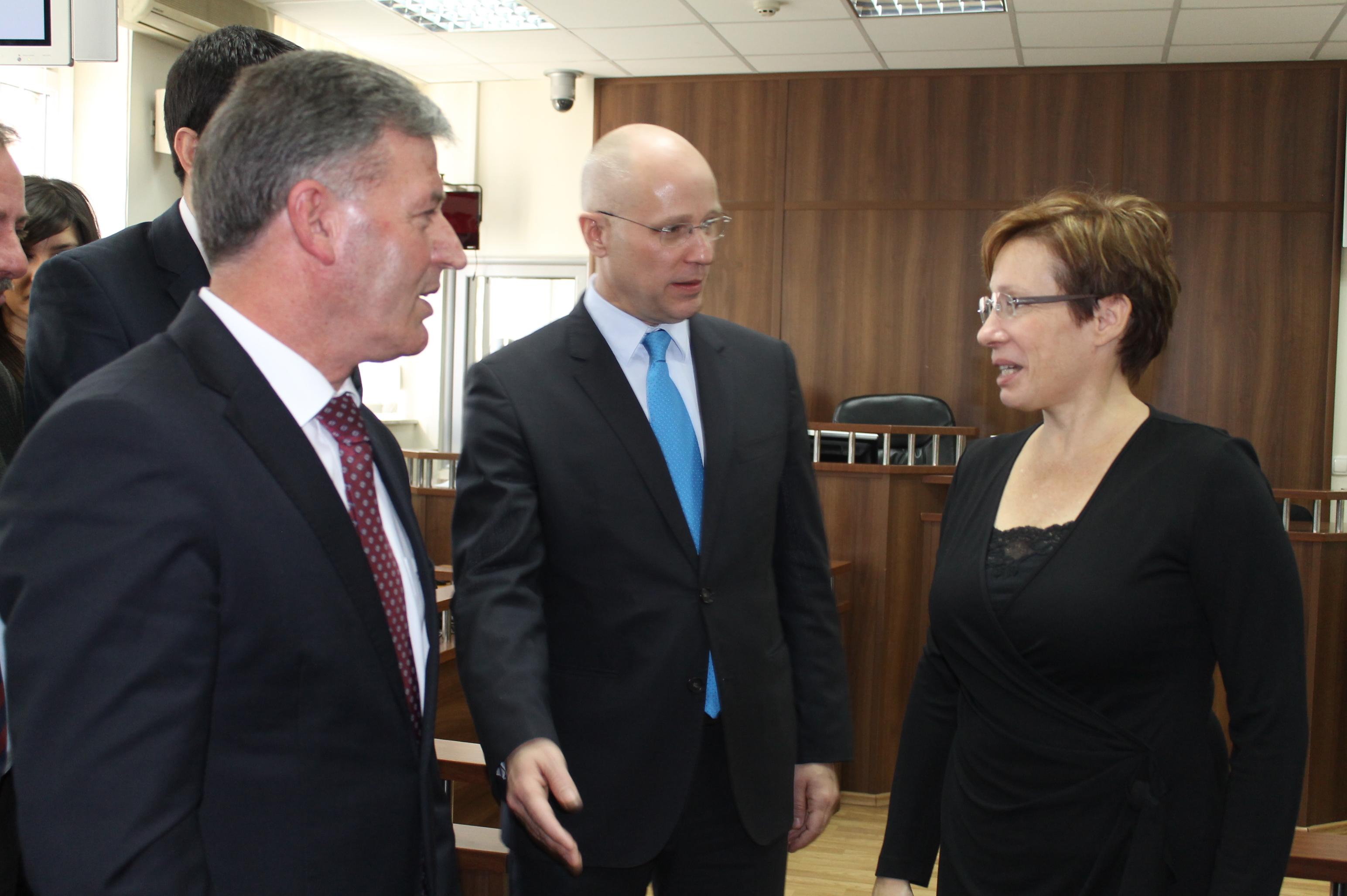 Ambasadorja e SHBA-së  Zonja Trejsi Xhejkobson e vizitoi  Gjykatën Themelore të  Prizrenit