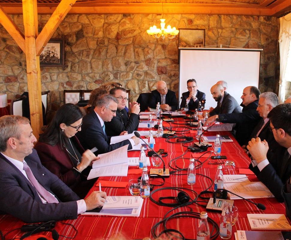 Tryezë e rrumbullakët e Gjykatës Themelore të Prizrenit me gjyqtarë, prokurorë dhe avokat