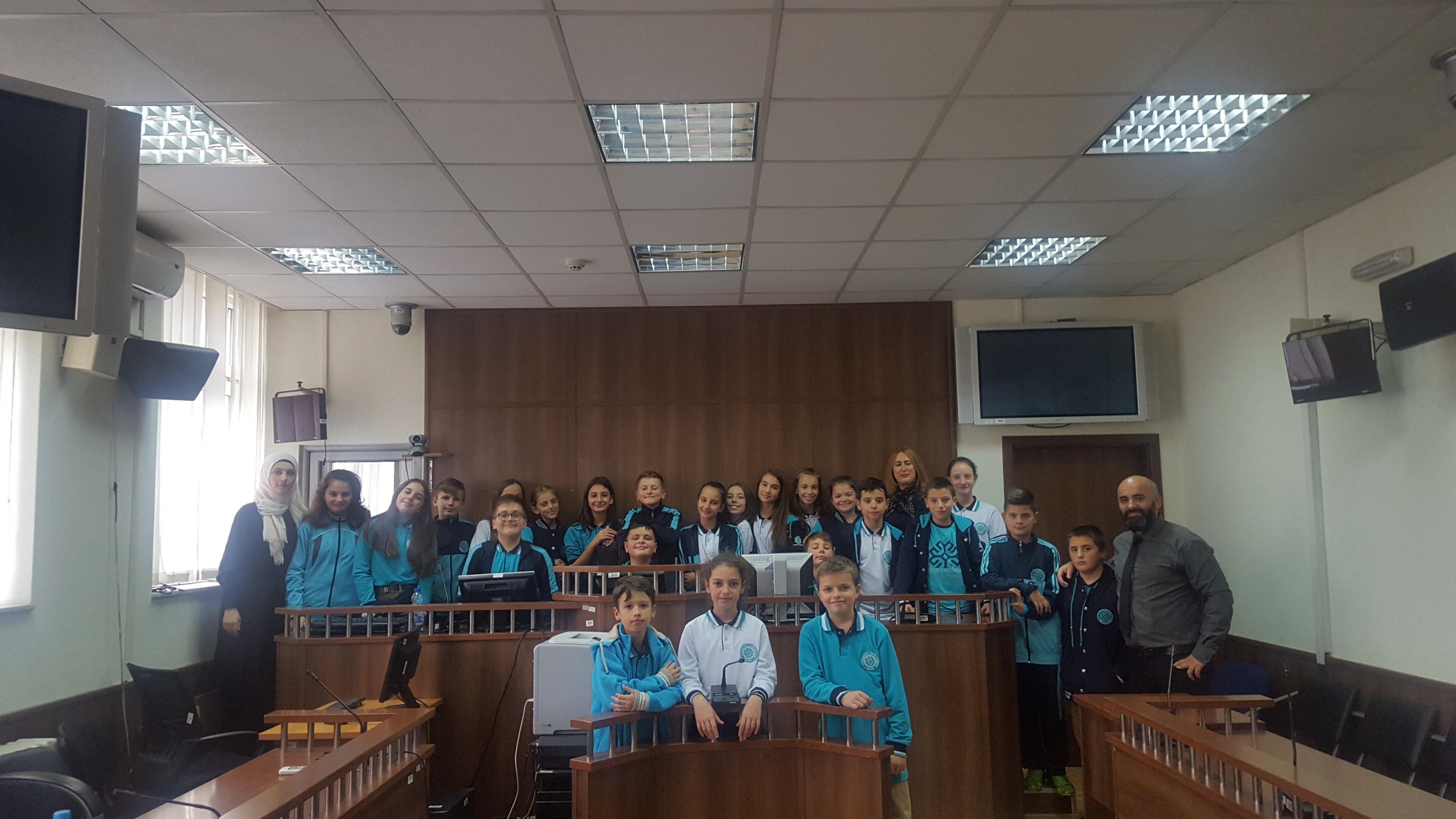 """Gjykatën Themelore të Prizrenit e vizituan nxënësit e klasave të  VI-ta, të shkollës """"International Maarif Schools of Kosova"""",në Prizren."""