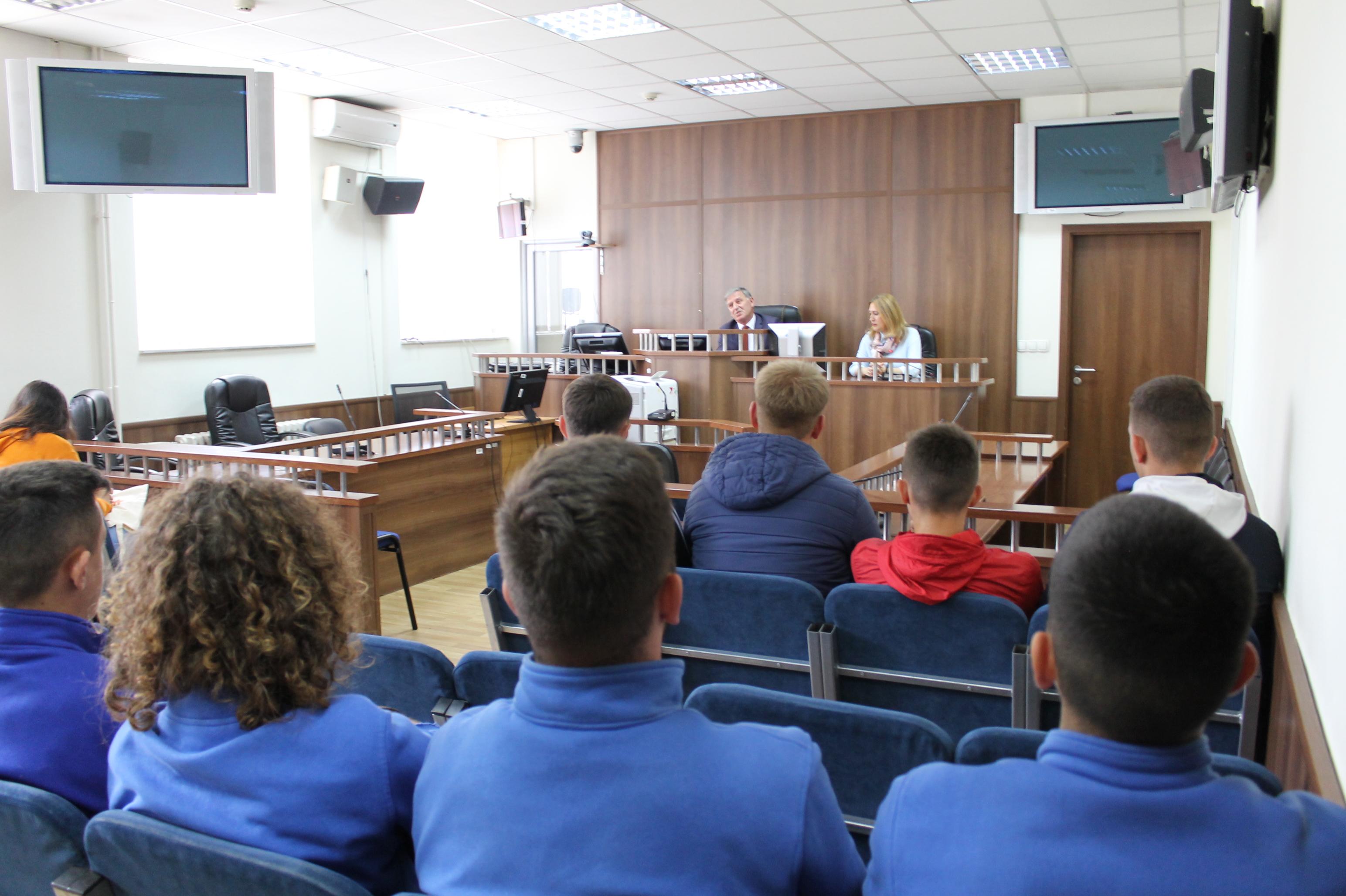 """Gjykatën Themelore të Prizrenit e vizituan nxënësit e klasave të  XI dhe XII, të shkollës """"Loyola"""" Gymnasium dhe nxënësit e shkollës """"11 Marsi"""" në Prizren."""