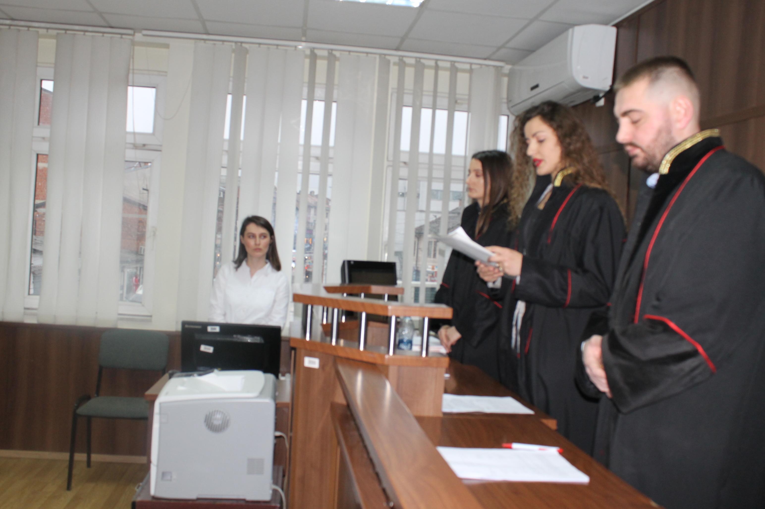 Praktikantët e Gjykatës Themelore të Prizrenit mbajtën një seancë të improvizuar